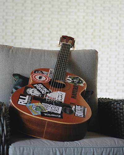 comment poser un sticker sur une voiture ou une moto - Stickers sur guitare
