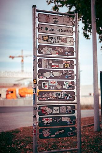 comment poser un sticker sur une voiture ou une moto - Stickers sur panneaux